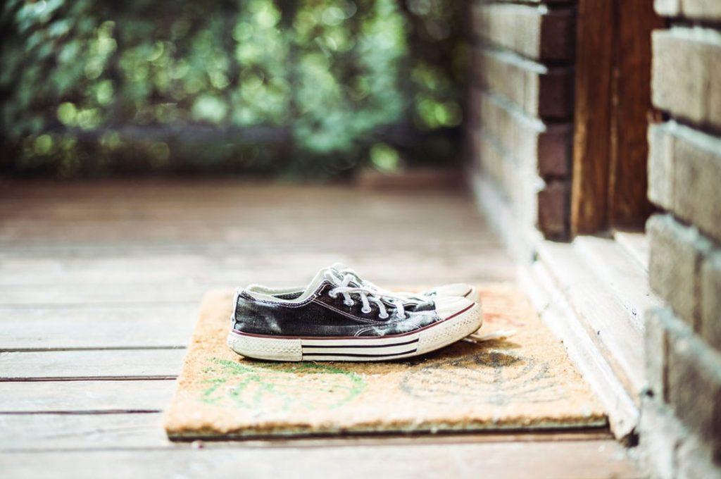 Crean tapete desinfectante para limpiarse los zapatos en entradas de la casa, oficinas y locales comerciales