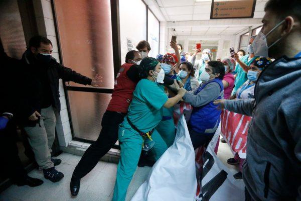 """Trabajadores del Hospital San José funan a ministro Paris y denuncian """"indignas condiciones"""" de trabajo"""