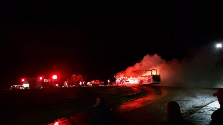 Nuevo ataque incendiario en La Araucanía donde quemaron un bus de trabajadores