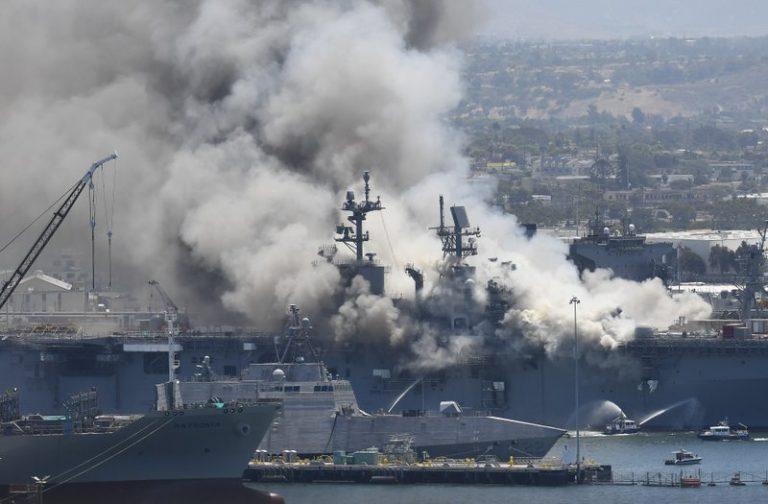El USS Bonhomme Richard se incendia en la Base de San Diego