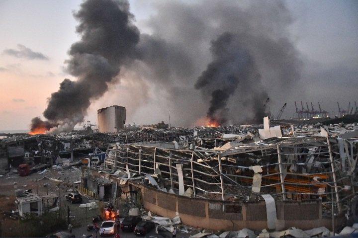 """Presidente del Líbano habla de posible """"cohete o bomba"""" como causa de explosiones en Beirut"""