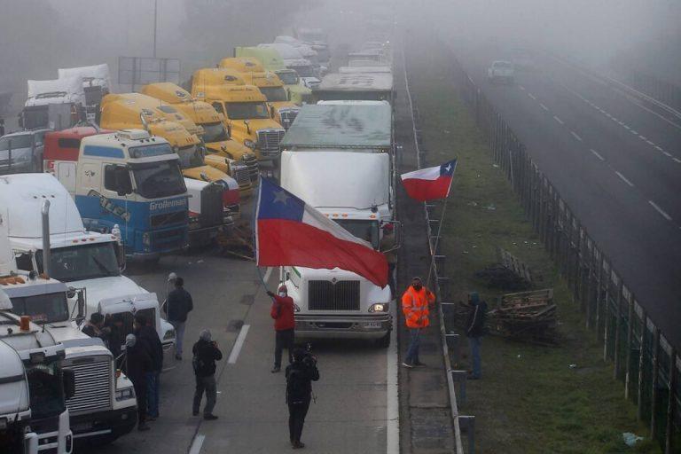 """Camioneros mantienen paro de """"carácter indefinido"""" y para el lunes habría respuesta a sus peticiones"""