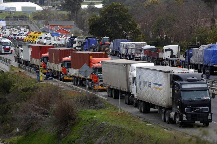 """Fiscalía abre causas penales por """"Ley Antibarricadas"""" tras cortes de rutas en paro de camioneros"""