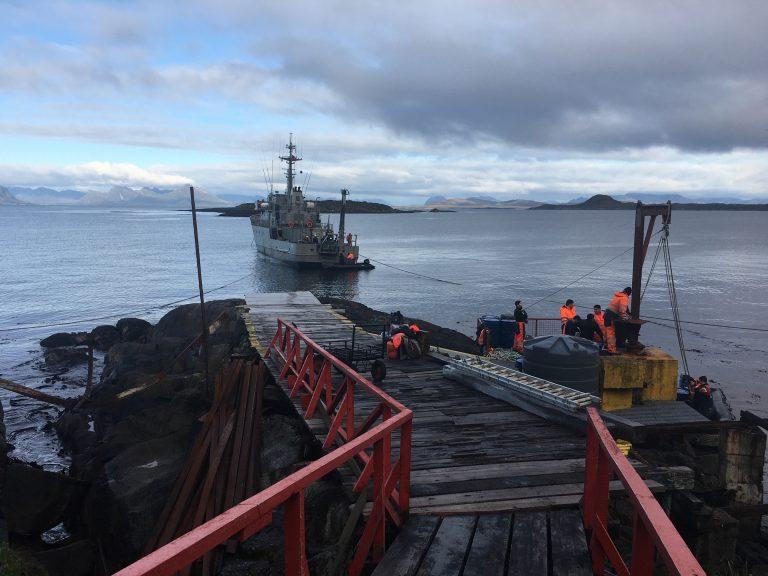 Intenso mantenimiento de faros y señalización marítima austral por la Armada