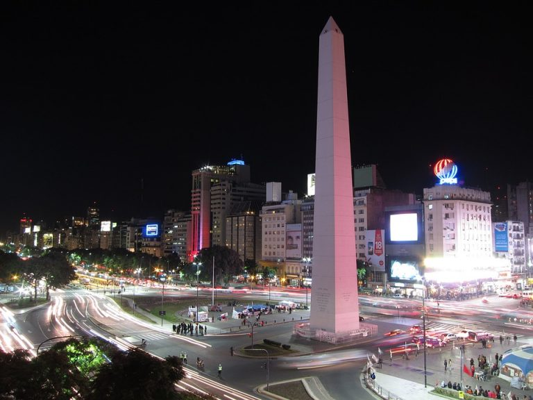 Argentina logra un acuerdo con principales acreedores en su reestructuración de deuda por US$ 65 mil millones