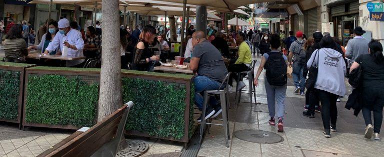 """Santiago en """"Súper Lunes"""" muestra poco respeto a normas anticovid, tiendas cerradas y poca fiscalización"""