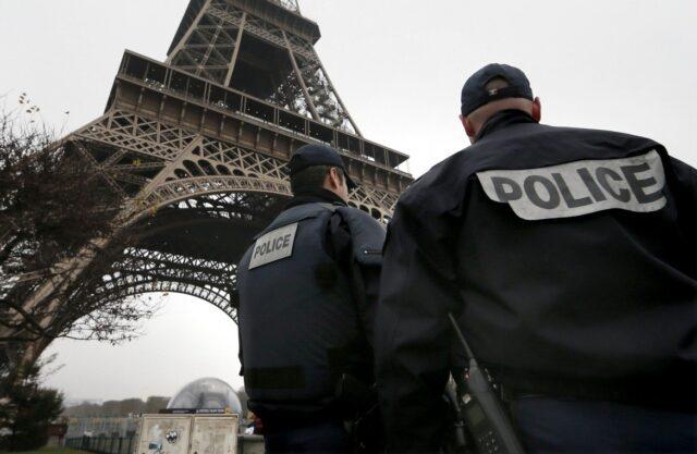 Evacúan la Torre Eiffel por alerta de bomba en su estructura