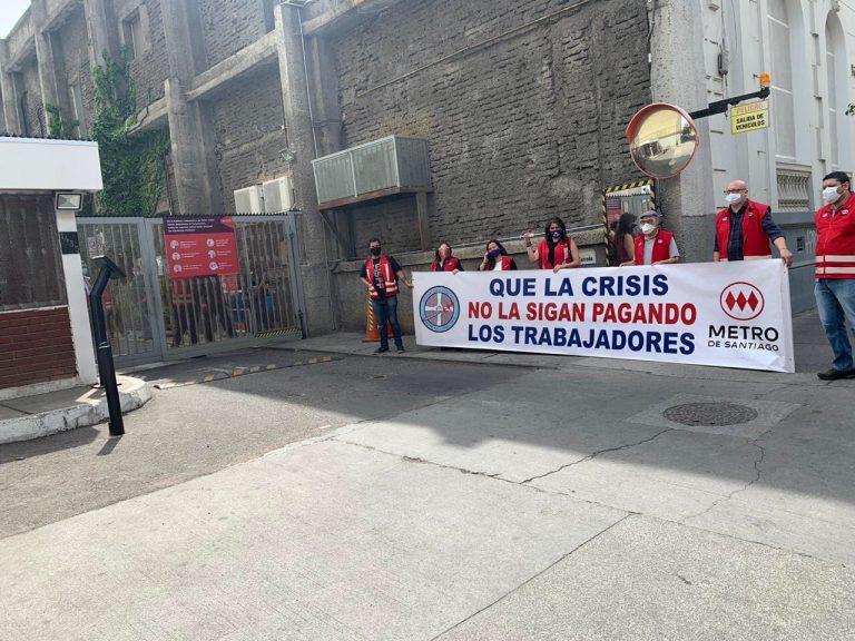 Piñera anuncia reapertura total del Metro luego de la destrucción por el 18-O, mientras trabajadores lo funan por masivos despidos