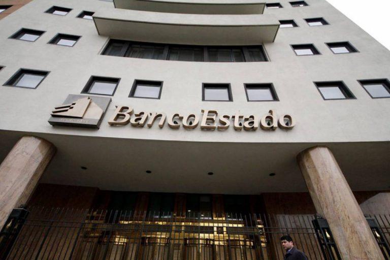 Más de mil trabajadores del sindicato nacional de BancoEstado Microempresas inician huelga por primera vez en su historia