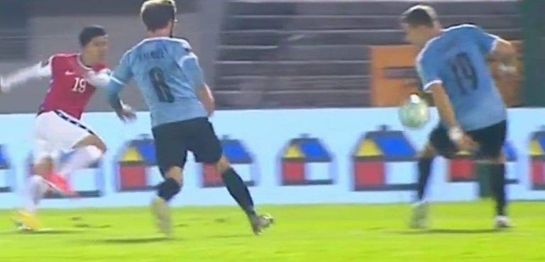 """Uruguay vence a Chile a la """"Uruguaya"""" por 2-1 y con el favor de un inservible VAR"""