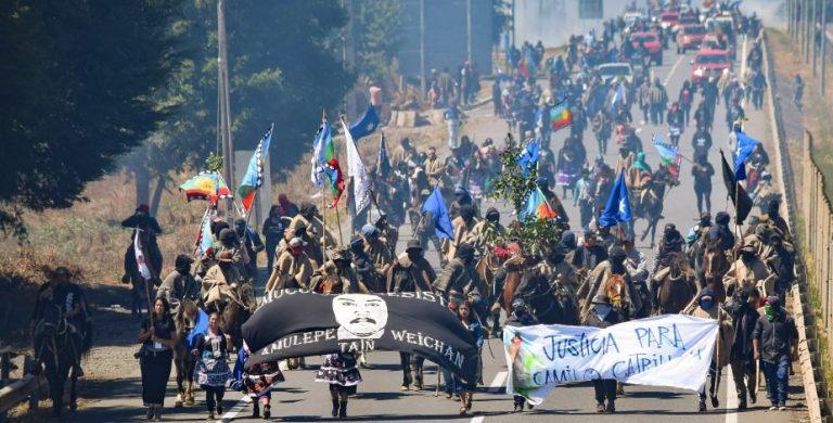 Marcha por muerte de Catrillanca deja dos camiones quemados y ataques a carabineros