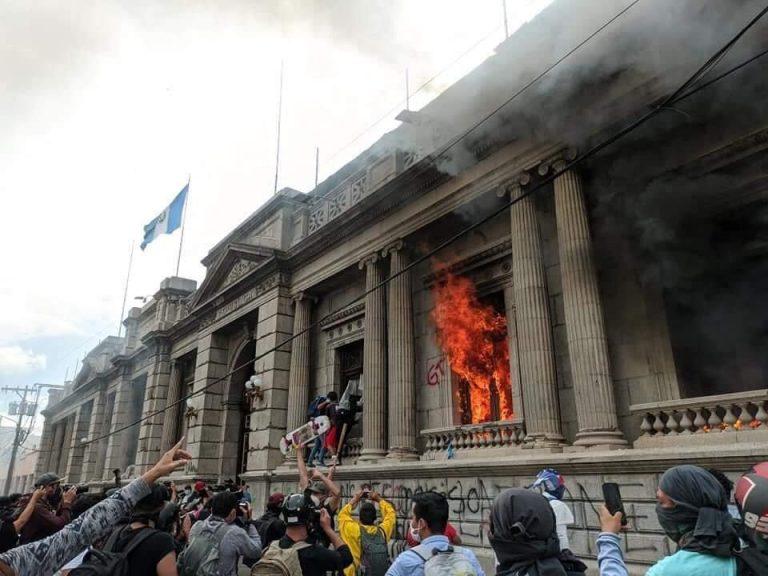 Manifestantes se alzan contra el gobierno guatemalteco e incendian edificio del Congreso