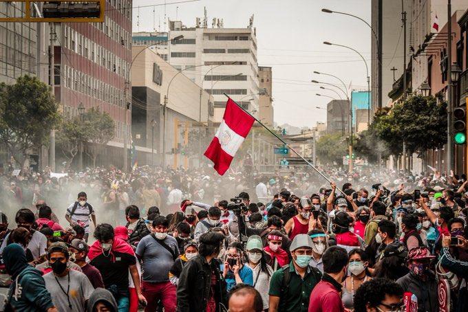 """En medio de violentas protestas Jefe de ministros de Perú dice: """"Quizás hay una gran confusión, acá hubo un cambio constitucional"""""""