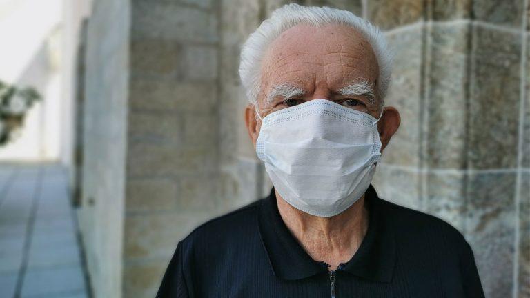 Adultos mayores consultan por problemas auditivos a raíz del uso de mascarillas