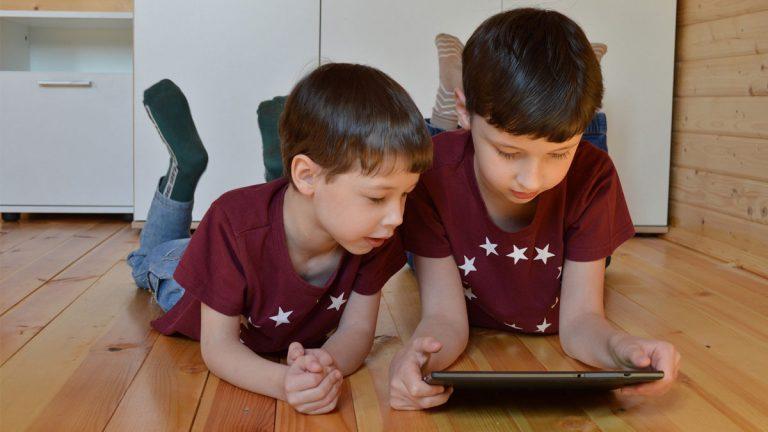 Investigación reveló que 29% de los padres chilenos desearía estar más involucrado en la vida digital de sus hijos
