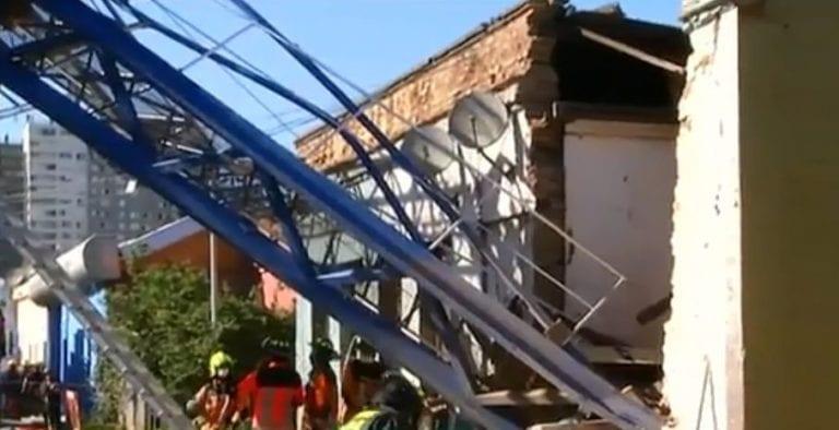 Grúa pluma cae sobre casas en Independencia: operador logra ser rescatado