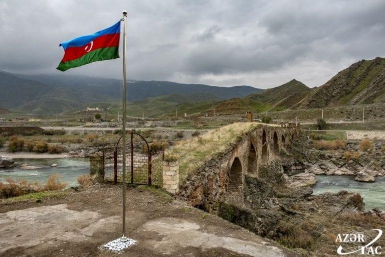 Azerbaiyán denuncia ataques a posiciones militares en la frontera con Armenia