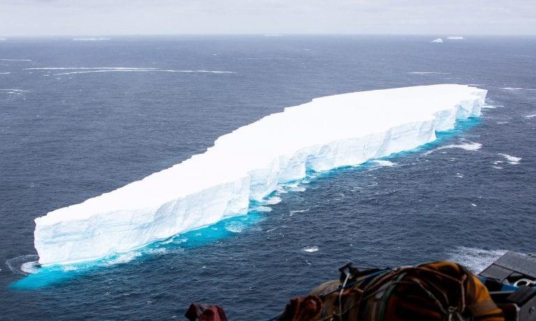 El gigantesco iceberg A68A se rompe en dos y sigue navegando hacia Georgia del Sur
