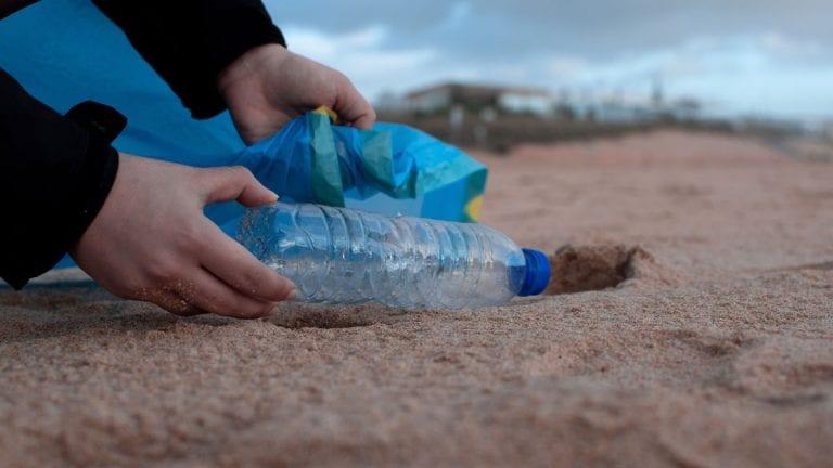 Reciclaje de plástico en las playas ayuda a bajar la contaminación