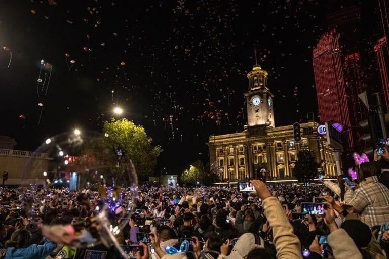 Habitantes de Wuhan se vuelven locos y salen a celebrar en masa Año Nuevo