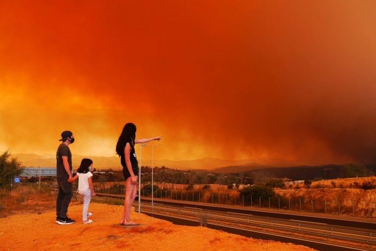 Incendio forestal amenaza con arrasar casas en Quilpué y ordenan evacuación urgente