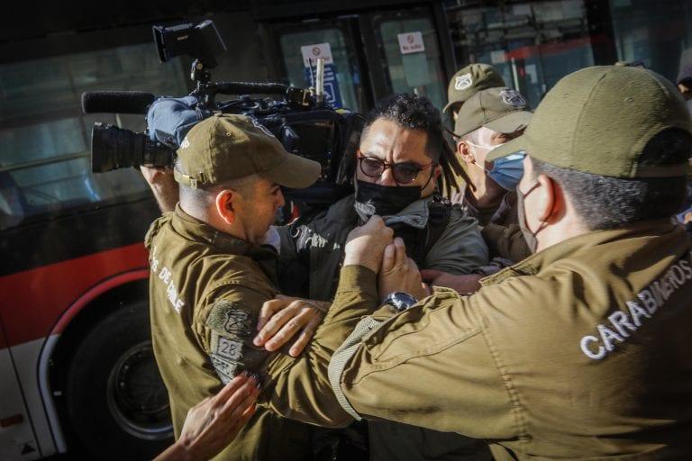 """Detención de Camarógrafo dio la vuelta al mundo: """"Chile.- Detenido un cámara de CNN Chile durante una manifestación"""""""