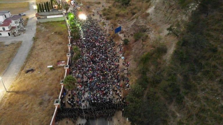 Guatemala dispersa a palos caravana de migrantes hondureños