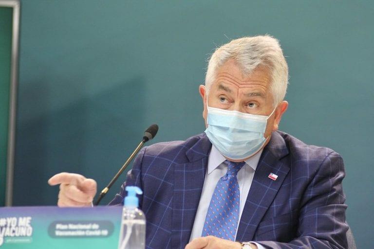 Ministro Paris nuevamente se enfrasca en absurda discusión con la prensa