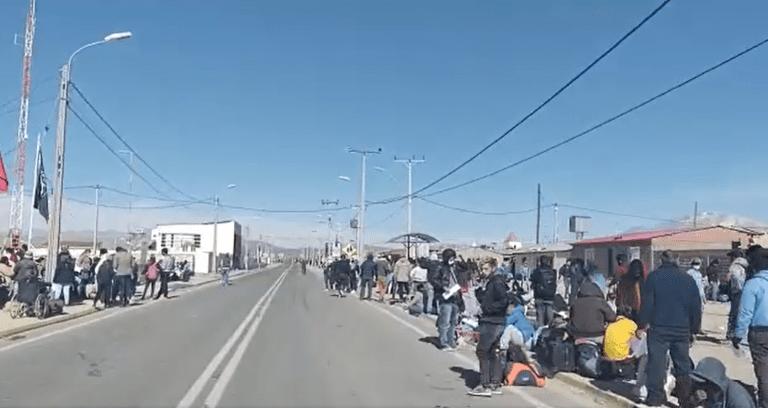 """Crisis migratoria """"al rojo vivo"""": informan que Ejército y carabineros se enfrentan a migrantes para impedir ingreso ilegal desde Bolivia…pero cruzaron igual"""