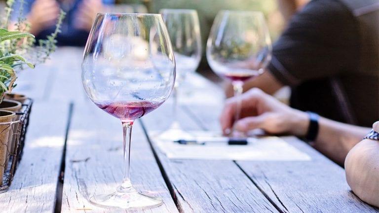 4 consejos (necesarios) para beber vino en verano