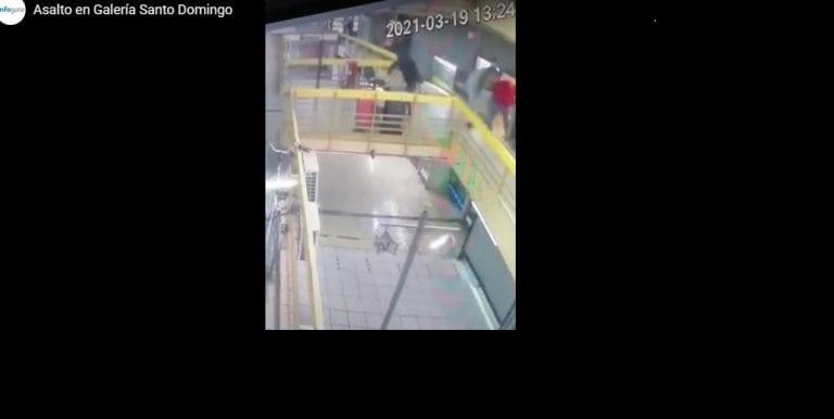 VIDEO /// En 1 minuto: Asalto armado en Galerías Santo Domingo de Santiago