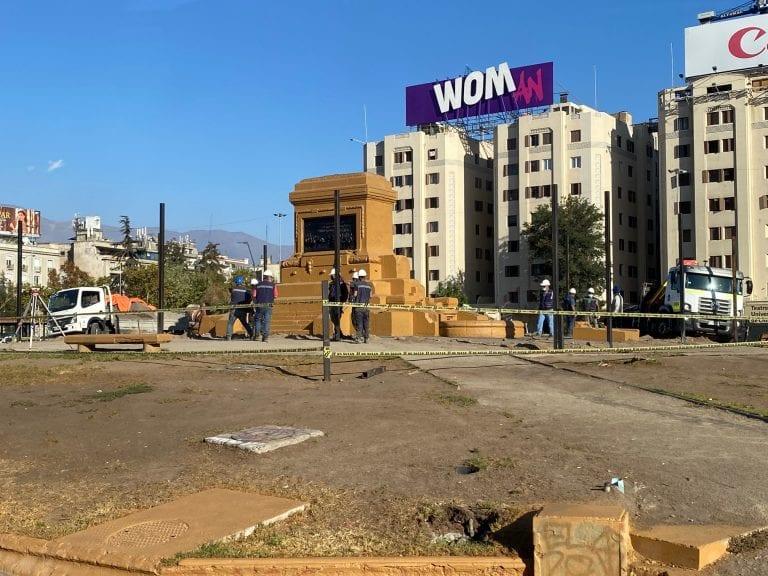 Con enrejado perimetral Plaza (Sin) Baquedano se transforma en el sitio más feo de Santiago