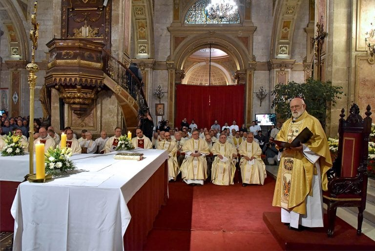 Por temor a perder escaño en el cielo, Gobierno cede a contagiosa petición de la Iglesia para permitir cultos religiosos