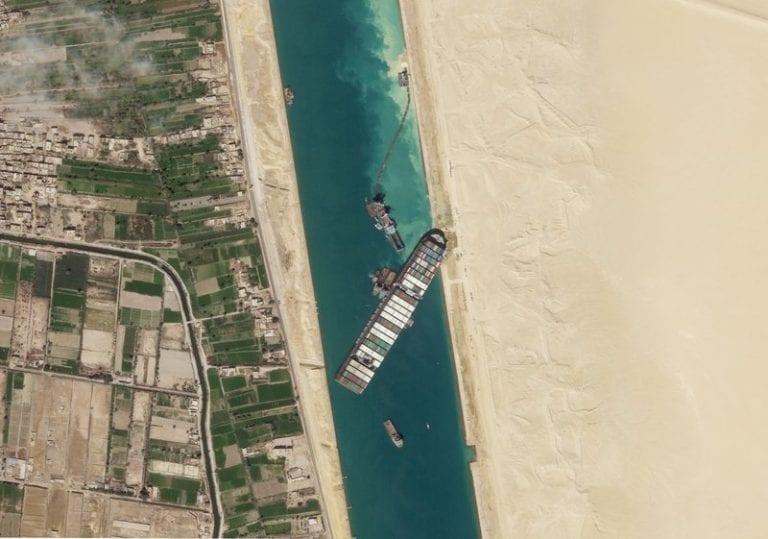 Egipto: Reflotan parte del Ever Given, que sigue varado en Suez
