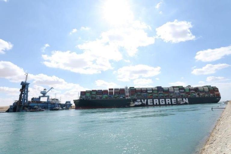 Egipto suspende las labores para sacar el buque que tiene detenido el tráfico naviero en el Canal de Suez