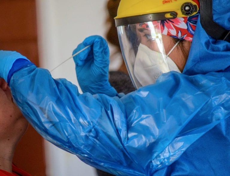 Minsal celebra que exámenes PCR se acercan a los 10 millones, pero se olvida del alza de contagios