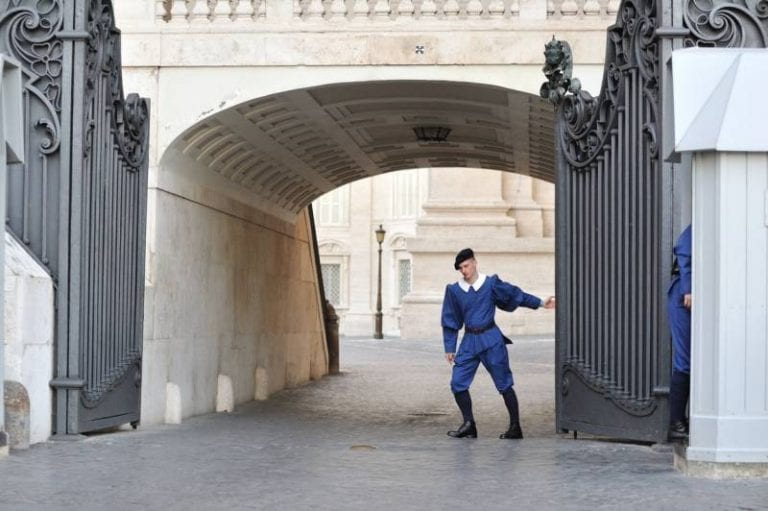 """El verdadero cuento del """"Gigante Egoísta"""": Francia se suma a Italia para que la UE NO EXPORTE VACUNAS contra el coronavirus"""