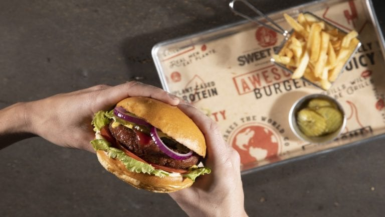 Llega a Chile Sweet Earth Awesome Burger: proteína 100% vegetal de Nestlé