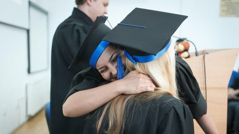 Adultos terminaron su enseñanza media con beca de AIEP para educación superior