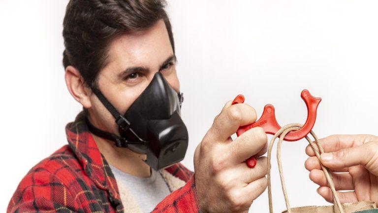 Mascarilla chilena se impone como protección personal durante el alza récord de contagios por Covid-19