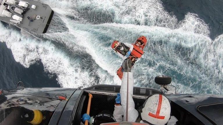 Lancha y helicóptero de la Armada evacúan a tripulante filipino desde alta mar