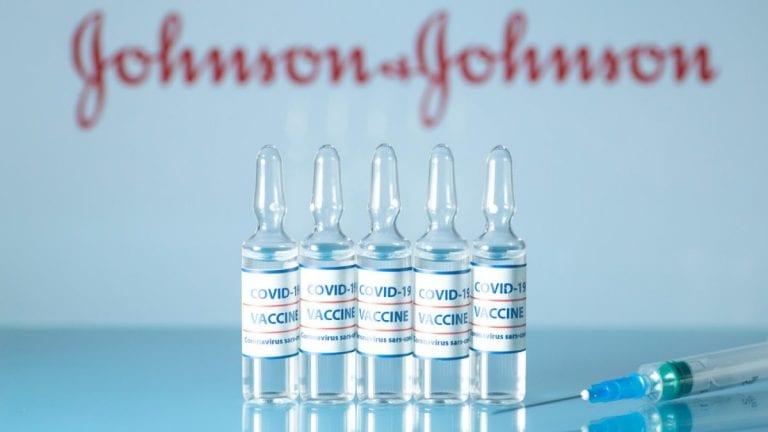 """Alerta sanitaria: EEUU recomienda """"pausar"""" vacunación con J&J por trombos"""