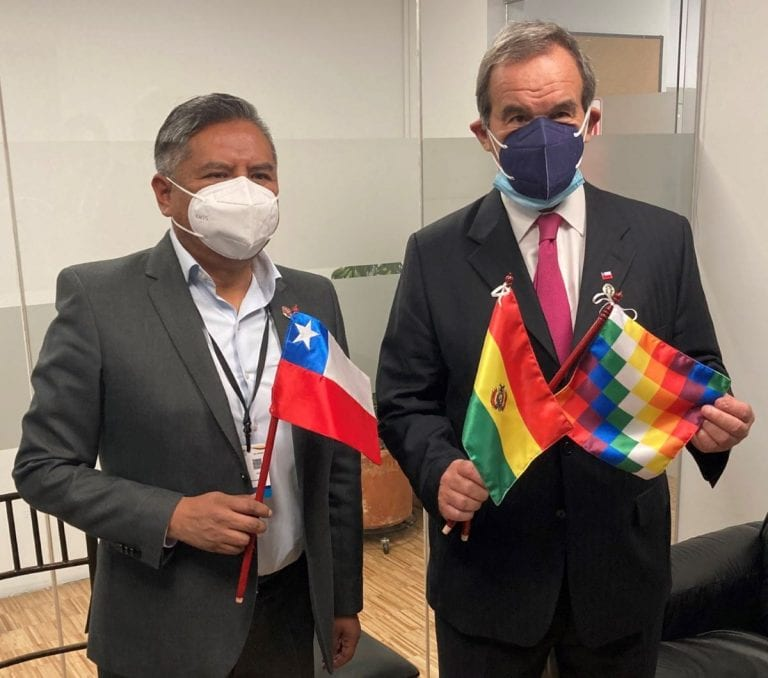 Con banderitas incluidas, canciller Allamand se reúne con su par boliviano durante el cambio de mando presidencial en Ecuador