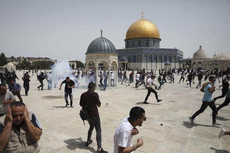 Palestinos y policías israelíes se enfrentan nuevamente en Explanada de las Mezquitas