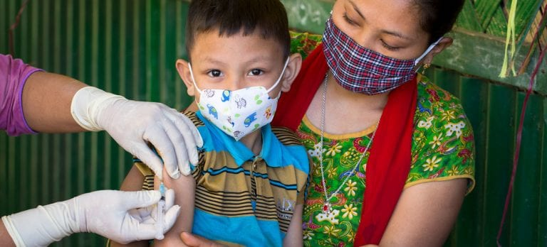 ONU advierte: Antes de abandonar las mascarillas, hay que disminuir la transmisión del coronavirus