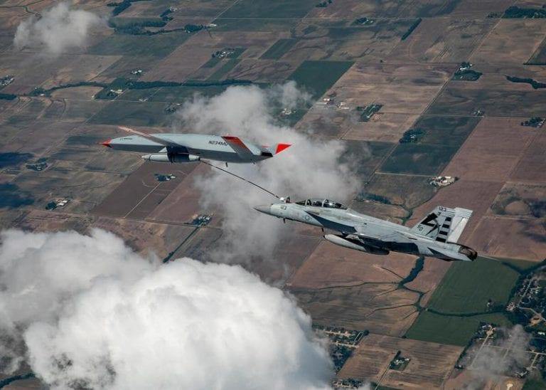 EE.UU. prueba con éxito reabastecimiento entre un avión de combate tripulado y un UAV tanquero