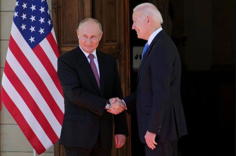 Biden y Putin acuerdan el retorno de sus respectivos embajadores, en una tensa cumbre que calificaron como constructiva y productiva