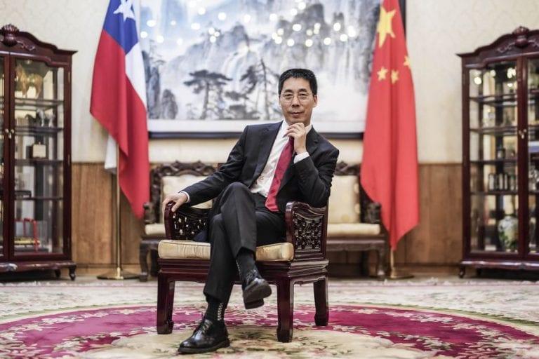 Embajador chino sale a defender vacunas ante oleada de cuestionamientos mundiales