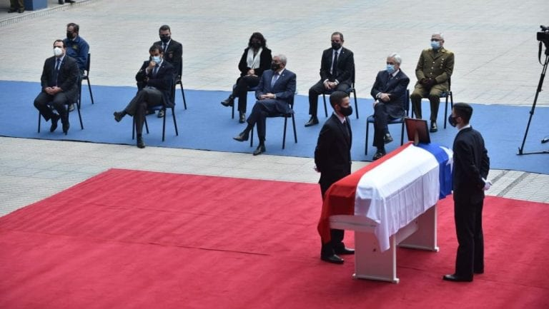 """Piñera lanzó sus dardos contra el Congreso en funeral de subinspectora de la PDI: """"Ojalá tuviéramos mejores leyes"""""""