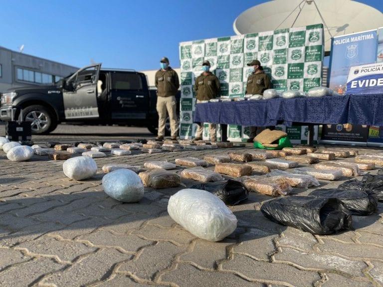 Carabineros y la Armada detienen a banda internacional con droga avaluada en US$1,7 millones a la altura de Caleta Camarones
